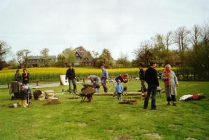 Eltern und Kinder beim Aufbau der Spielgeräte